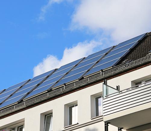 Solarkollektoren auf Mehrfamilienhaus
